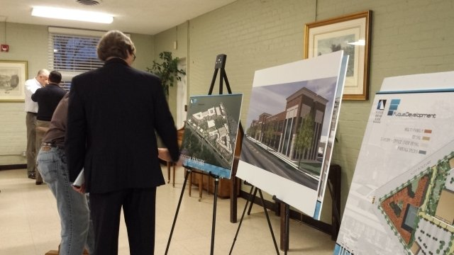 Jeff Fuqua describes plans for the Decatur Crossing development at a community meeting. Photo by Dena Mellick